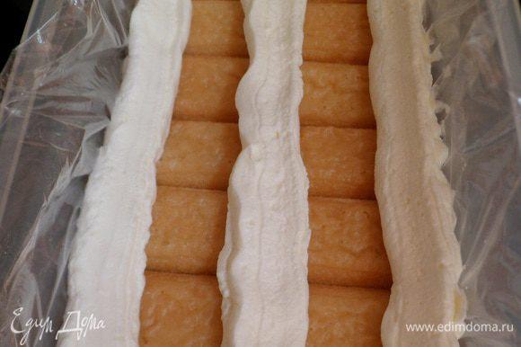 Сливочный крем выдавливаем из кулинарного мешочка или шприца, оставляя 2 бороздки.