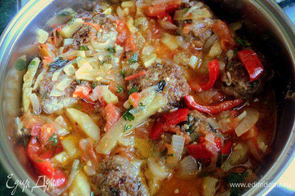 Залить соусом, довести до кипения, накрыть крышкой и тушить на малом огне 15 минут.