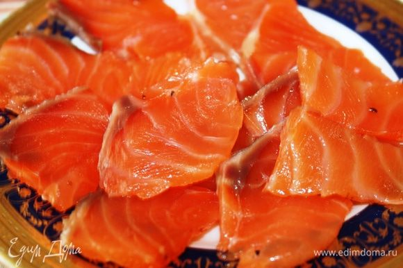 Нарезать рыбу на ломтики (это легко сделать, т.к. кости были удалены). Подавать можно по-разному: с икрой, лимоном, на тостах с маслом....кто как любит. Угощайтесь!