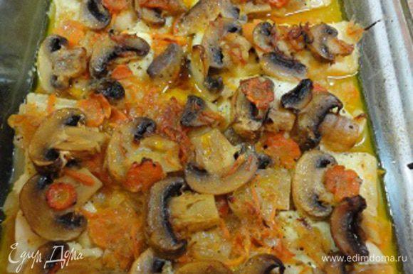 Готовую рыбу с овощами в порционной тарелке при подаче украсить зеленью и лимоном.