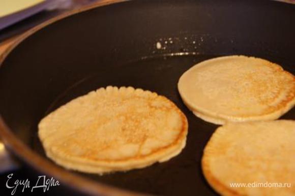 Блинчики выпекать на сковороде, смазанной растительным маслом. На один блинчик по 1-2 ст. ложки теста.