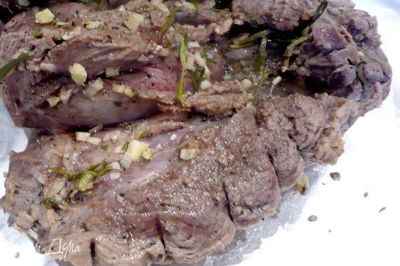 Со сварившегося мяса снимаем нить и заворачиваем мясо в фольгу на 15 минут.