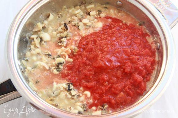Добавить томаты (без шкурки, мелко нарезанные), посолить, добавить сахар, поперчить (количество соли-сахара регулируйте на свой вкус!). Тушить под крышкой на слабом огне 40 минут. После готовности рагу остудить.