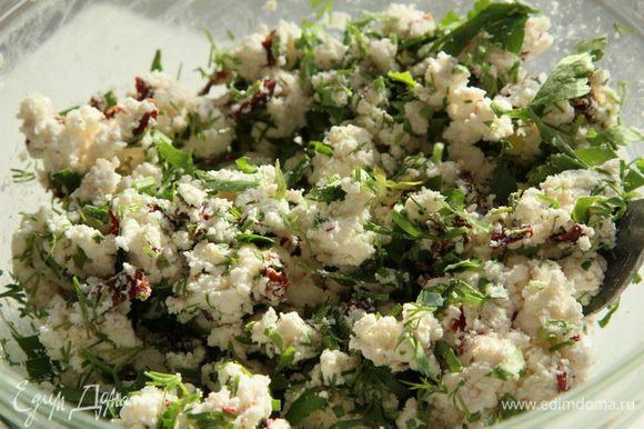 Разминаем брынзу с добавками, добавляем рубленную зелень (2 столовые ложки) и хорошо перемешиваем.