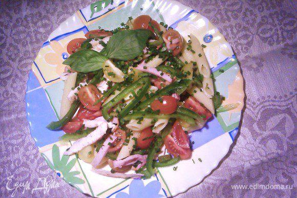Соус смешать с ингредиентами салата, не забудьте добавить каперсы, дать салату хорошо пропитаться, украсть зеленью петрушки и базилика. ПРИЯТНОГО АППЕТИТА!