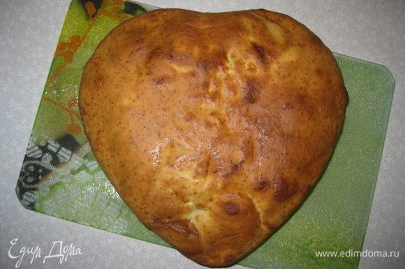 Достаем 1-й корж, светлый. В форму смазанную сливочным маслом выкладываем оставшееся шоколадное тесто. Когда корж остынет, разрежем его на 2 части. То же самое сделаем и со 2-м коржом.