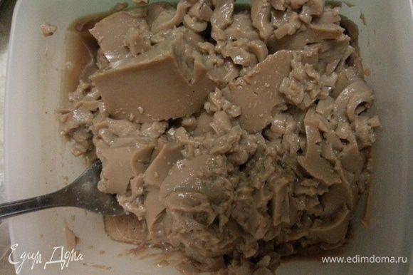 Разминаем вилкой на мелкие кусочки какао-желе