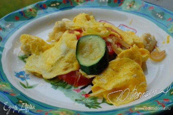 Выложить на тарелку овощи, а сверху яичные «кружева».