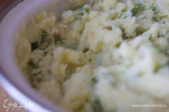 К картофельному пюре добавить зелень.