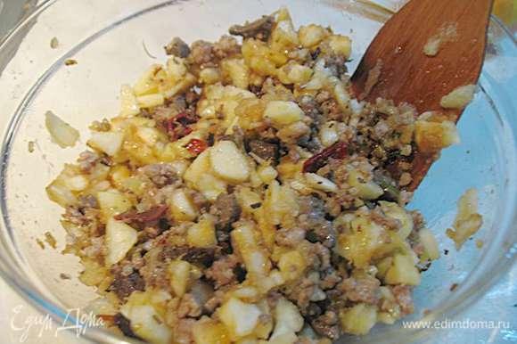 Вынутую мякоть яблок нарезать на кусочки и сбрызнуть лимонным соком. Порезанную мякоть добавить к фаршу. Перемешать, посолить, поперчить начинку для яблок.