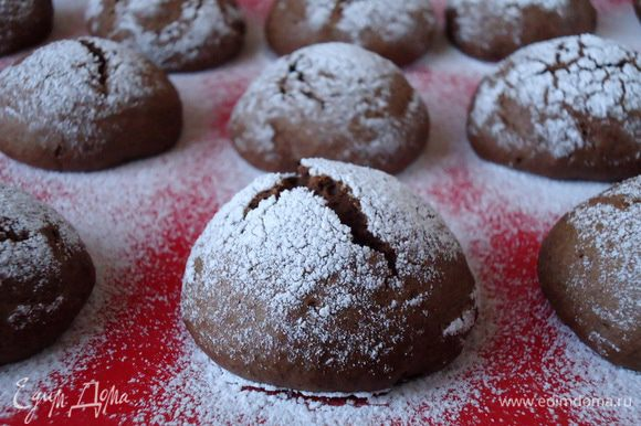 Готовое печенье вынуть из духовки, остудить.