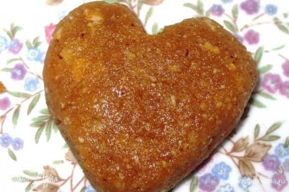 Слепить небольшие шарики. Слегка приплюснуть и придать им форму сердечек. Отправить их в холодильник на полчаса.