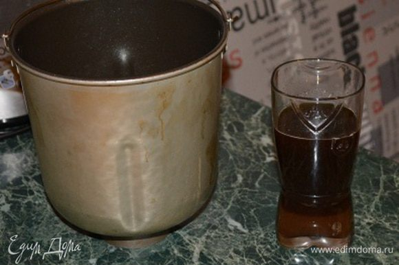 Отмеряем воду (количество воды может варьироваться в зависимости от влажности муки, чем суше мука - тем больше воды требуется) - примерно 200 мл. Я воду немного подогреваю в микроволновке. Добавляю в воду мед и солод - размешиваю. В чашу от хлебопечки наливаю растительное масло, затем отмеряю закваску, выливаю воду с медом и солодом, и засыпаю сверху муку, отруби и соль.