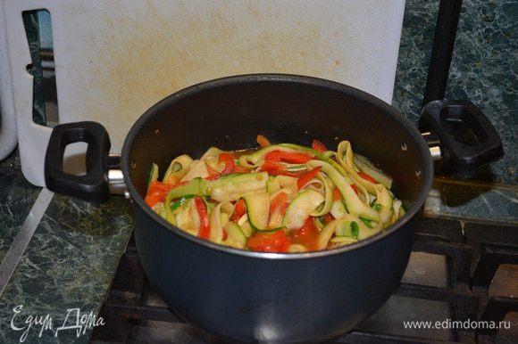 Цукини отправляем к овощам. Добавляем соевый соус и тушим до готовности цукини. Солить дополнительно не нужно, должно хватить соли от соевого соуса. Готовую пасту отправляем в соус и все тщательно перемешиваем.