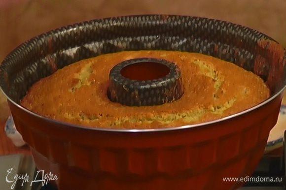 Выпекать в разогретой духовке 40 минут, затем дать пирогу немного остыть.