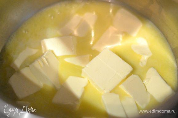 Включить духовку на температуру 190-200 градусов. Сливочное масло отправить в кастрюльку и дать ему растаять. Огонь должен быть средним.