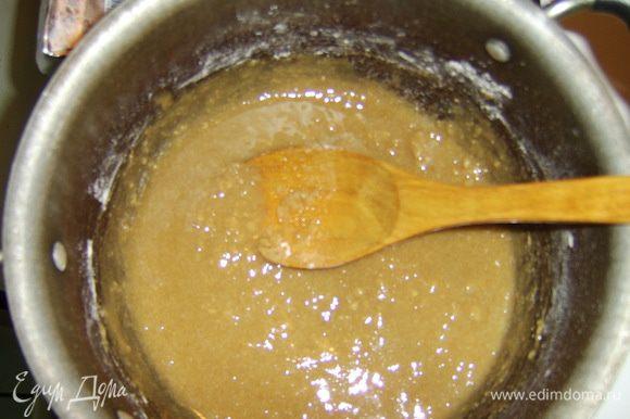 Смешать 2 вида муки и нагревать в кастрюле, постоянно помешивая. Мука должна изменить свой запах. На это уходит примерно 5 минут. Затем добавить розовую воду и сахар, помешивать непрерывно так, чтобы смесь не подгорела.