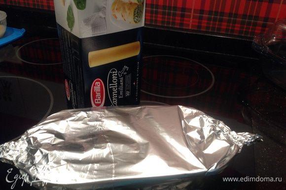 Накрыть форму фольгой и поставить в разогретую до 200 градусов духовку на 20 минут.