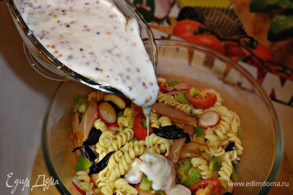 Заправляем салат соусом и украшаем листочками базилика.