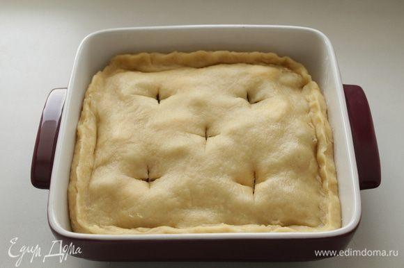 Накрыть пластом раскатанного теста, размером по-меньше. Защипнуть края, смазать тесто смесью яйца с молоком, наколоть пирог вилкой или сделать надрезы.