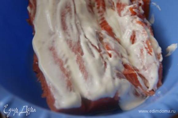 Покрыть рыбу нежирной сметаной, оставить на 10 минут.