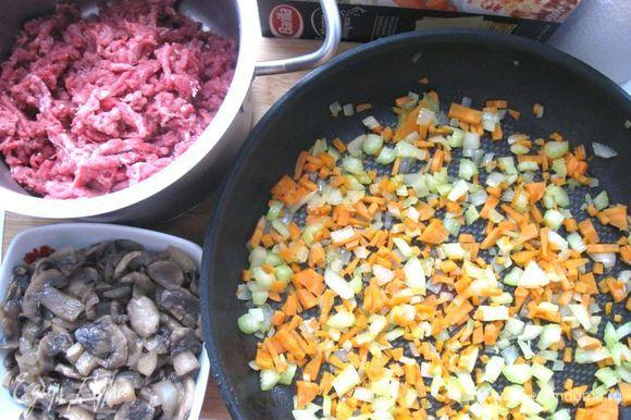 Лук порезать кубиками. Морковь порезать на мелкие кубики, стебель сельдерея порезать на небольшие кусочки. Пармезан натереть на крупной терке. Мясо прокрутить через мясорубку.Обжарить овощи – морковь, половину лука и сельдерей – на оливковом масле.