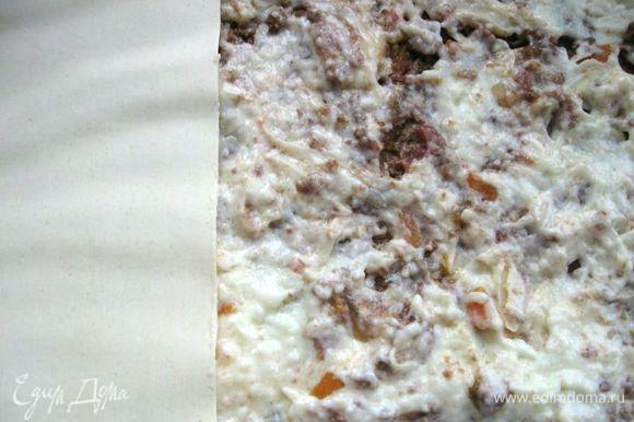 Сверху листов положить часть рагу Болоньезе. На него – часть соуса бешамель и тертого пармезана.Накрыть листами лазаньи.