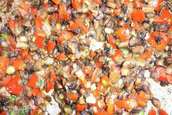 Слегка обжарить на растительном масле лук и шампиньоны, посолив и поперчив их. Добавить кубики перца, прожарить всё вместе. Добавить зелень, перемешать.