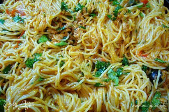 Из сковороды с соусом вынуть чеснок, переложить спагетти в соус. Добавить большую часть петрушки, выжать лимонный сок, сбрызнуть оливковым маслом первого отжима. Хорошо перемешать. Если нужно, добавить воды от варки спагетти (в моем случае не потребовалось).