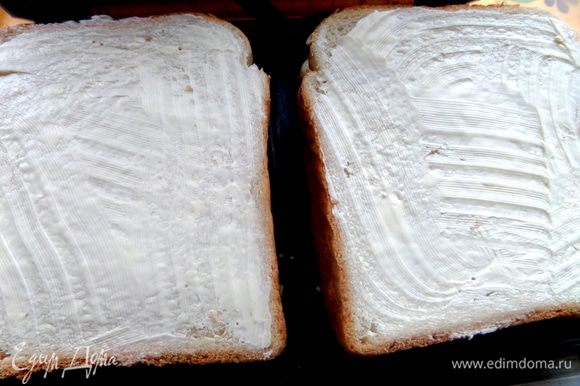 Продолжим про бутербродницу))) Намажем следующую пару ломтей хлеба маслом и уже кладём маслом вверх.