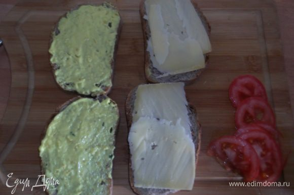 Смешиваем майонез и горчицу, тоненько намазываем ломтики хлеба, на одну половинку выкладываем тонко порезанный сыр.