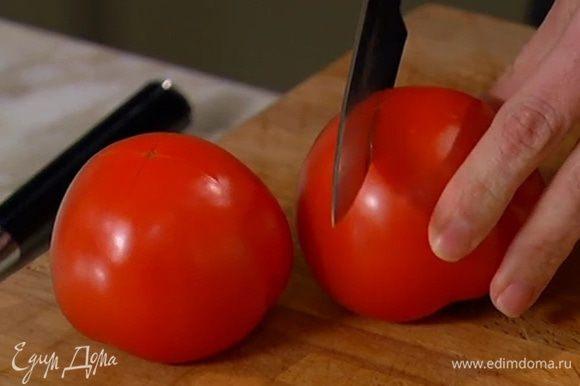 На помидорах сделать крестообразный надрез, поместить их в глубокую посуду и залить кипятком.