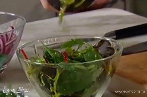 Листья салата посолить, поперчить, сбрызнуть 1 ч. ложкой оливкового масла Extra Virgin.