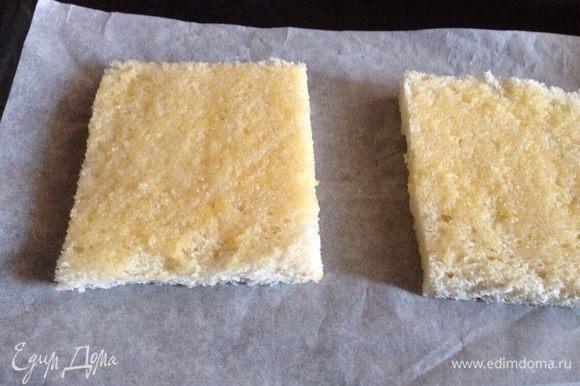 Ломтики хлеба смазать с одной стороны растопленным сливочным маслом...