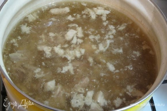 Варить на слабом огне 4 -4,5 часа с добавлением чёрного перца горошком. Крышка должна быть наполовину открытой (ни в коем случае крышку не закрывать!). Периодически снимать жир с поверхности бульона. Вынуть готовое мясо. Бульон процедить через 2 слоя марли. Разобрать мясопродукты на кусочки, косточки вынуть. Мясо мелко нарезать, выложить в процеженный бульон. Посолить, поперчить, довести до кипения. Варить минут 5.