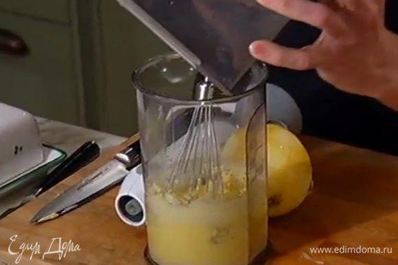 Добавить лимонную цедру, разрыхлитель и часть муки, все перемешать, влить лимонный сок и продолжать взбивать миксером на небольшой скорости.