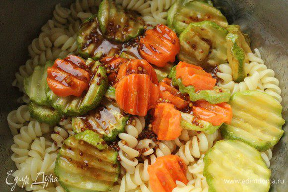 Соединить пасту с морковью и кабачками, заправить и аккуратно перемешать.