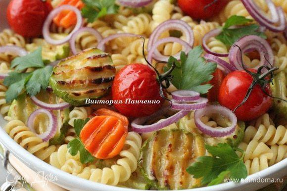Переложить в большое блюдо, сверху выложить запеченные помидоры, колечки красного лука и листики петрушки. Подавать салат теплым! Приятного аппетита!!!