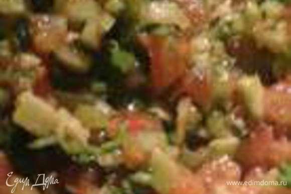 Добавить оливковое масло, сок лайма, соль, черный молотый перец, острый красный перец все смешать. Немного подавить вилкой для более однородной консистенции. Соуса получается на три таких бутерброда.