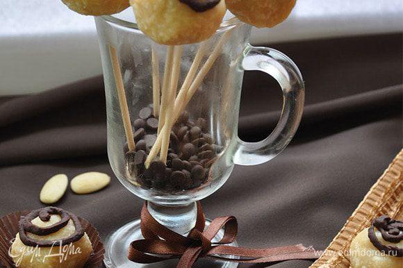 Готовые конфетки можно наткнуть на деревянные палочки и вот так подать гостям!
