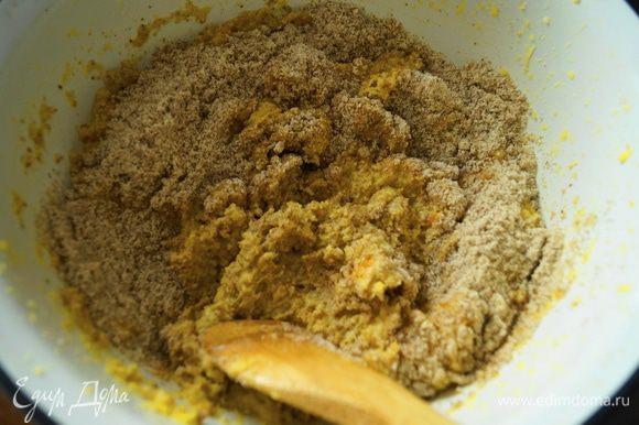 К апельсинам добавить миндальную муку, разрыхлитель и ликер, аккуратно перемешать силиконовой лопаткой.