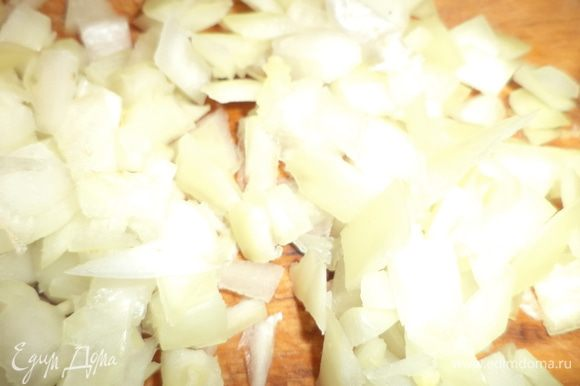 Луковицу очистить и нарезать маленькими кубиками, чеснок пропустить через чеснокодавку.
