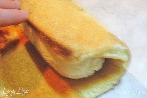 Достать крем из морозилки, снять пищевую пленку. Замороженный крем обернуть бисквитом. Вокруг крема должен быть один оборот бисквита.