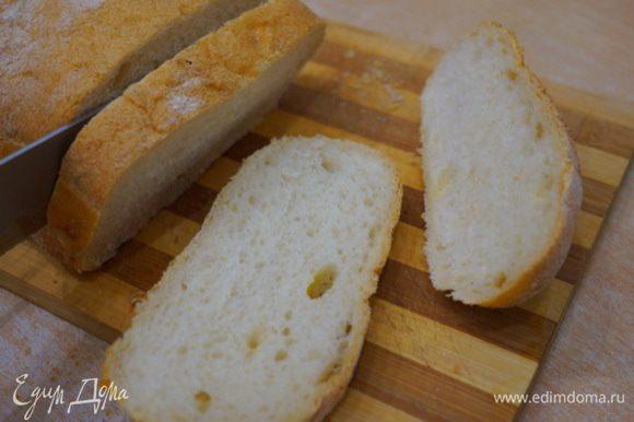 Хлеб свежий быстро подрумяниваем на растительном масле, с одной стороны натираем чесноком (при желании).