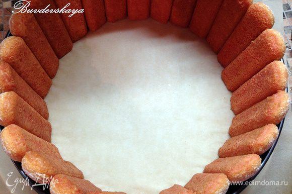 Обмакнуть печенье в клубничный сироп ТОЛЬКО одной стороной, которая будет прилегать к муссу. На блюдо поставьте кольцо от разъемной формы (у меня диаметром 26 см) и по внутреннему краю кольца выставьте печенье, которое должно плотно прилегать друг к другу.