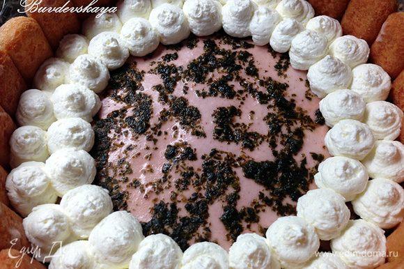 Холодные сливки взбить миксером до густоты, переложить в кулинарный мешок с круглой насадкой и украсить торт. Далее выложить ряд клубники, затем снова взбитые сливки. В центр торта выложить клубничку и украсить листиками базилика. Сразу же подавать на стол. ENJOY !
