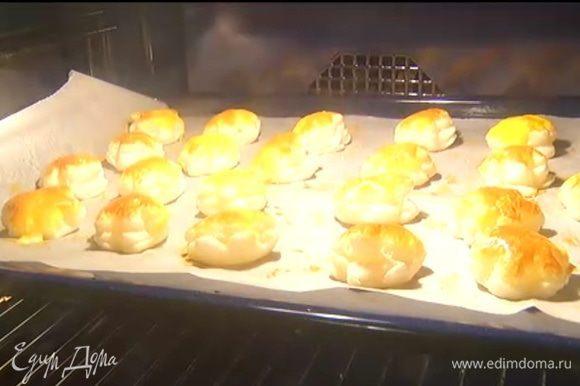 Выпекать тарталетки в разогретой духовке 15‒20 минут.