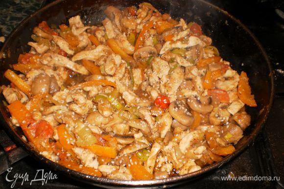 Затем добавляем курицу, посыпаем солью, приправами и кунжутом. Выдавливаем чеснок.