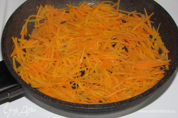Морковь натереть на корейской терке и обжарить на 1 ст. л. оливкового масла до мягкости. Выложить на тарелку.