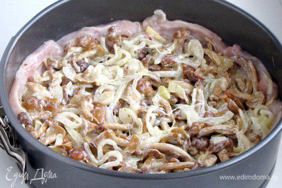 Выложить остывшие грибы с луком.